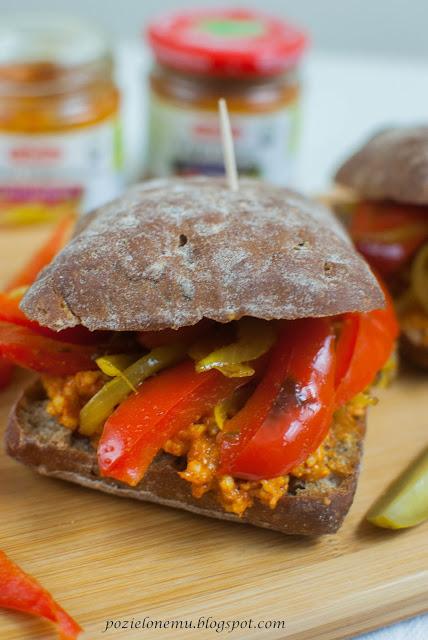 Piknikowe kanapki z paprykarzem i duszonymi warzywami