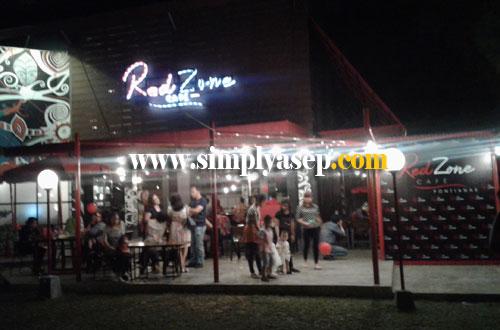 COZY :  Red Zone Cafe Pontianak ini terletak di dalam kawasan Museum Negeri Kalimantan Barat Jalan Ahmad Yani.  Foto Asep Haryono