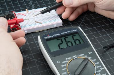 Gambar-Mengukur-Tegangan-Lampu-Menggunakan-Multimeter-3