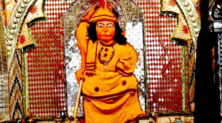 दुर्लभ हनुमान मंदिर: यहां नृत्य कर रहे हैं हनुमान, भोग में पान लगता है