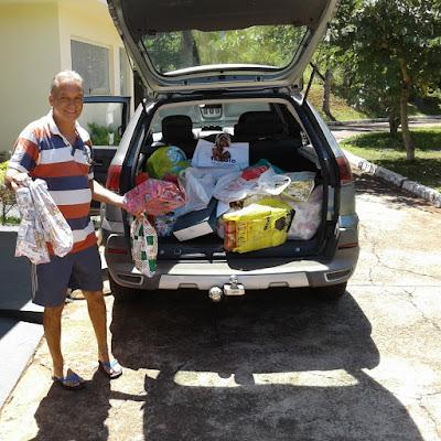 O voluntário João recebe as doações para o Instituto Ingo Hoffmann.