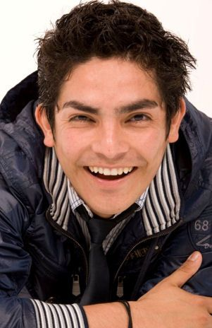 Rostro del cantante Erick Elera feliz