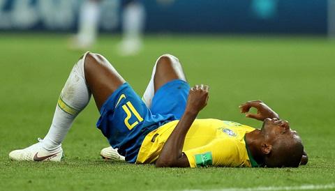 Fernandinho đau khổ khi phản lưới nhà