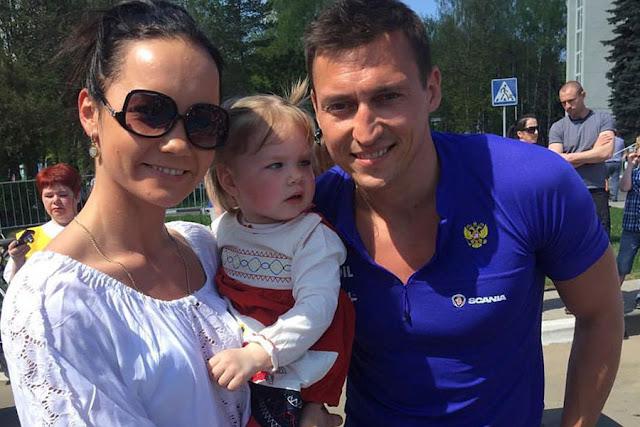 Мария Перелыгина, тренер клуба «Виктория Фитнес», легко сдала нормы ГТО и сфотографировалась с дочкой и Олимпийским чемпионом.