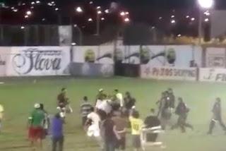 Torcedores do Nacional de Patos invadem campo e tentam agredir equipe de arbitragem na Paraíba
