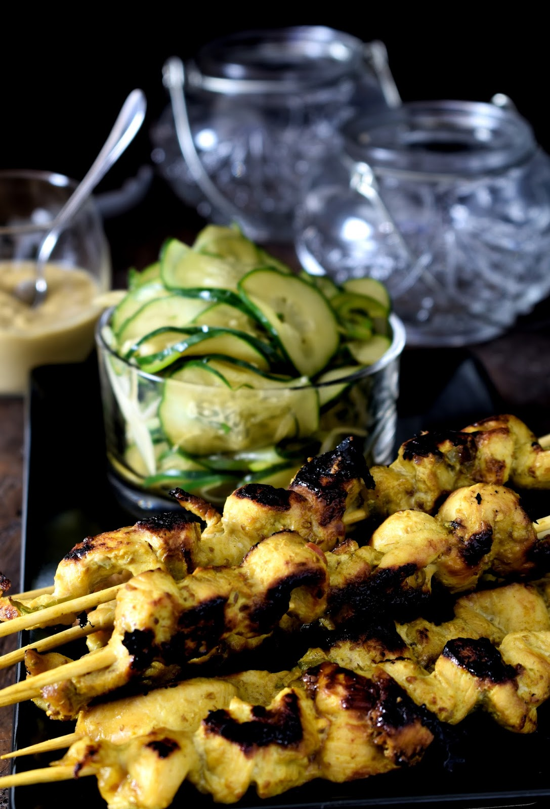 Chicken satay con cucumber salad