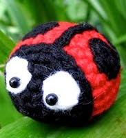 http://translate.google.es/translate?hl=es&sl=en&tl=es&u=http%3A%2F%2Flittleyarnfriends.com%2Fpost%2F97215506496%2Fcrochet-along-pattern-lil-ladybug