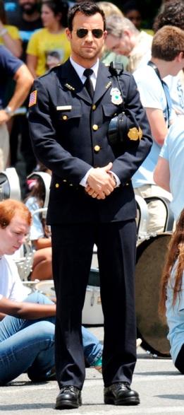 Foto de Justin Theroux con rol de policía