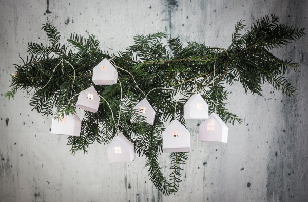 DIY zu Weihnachten: Lichterkette mit selbstgebastelten Papierhäusern - titatoni.de