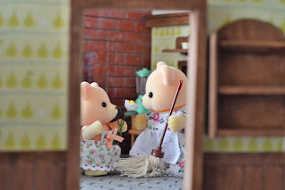 Sylvanian Families sister Ava gives flower to mother Carol Osborne  bear (Mother's day)