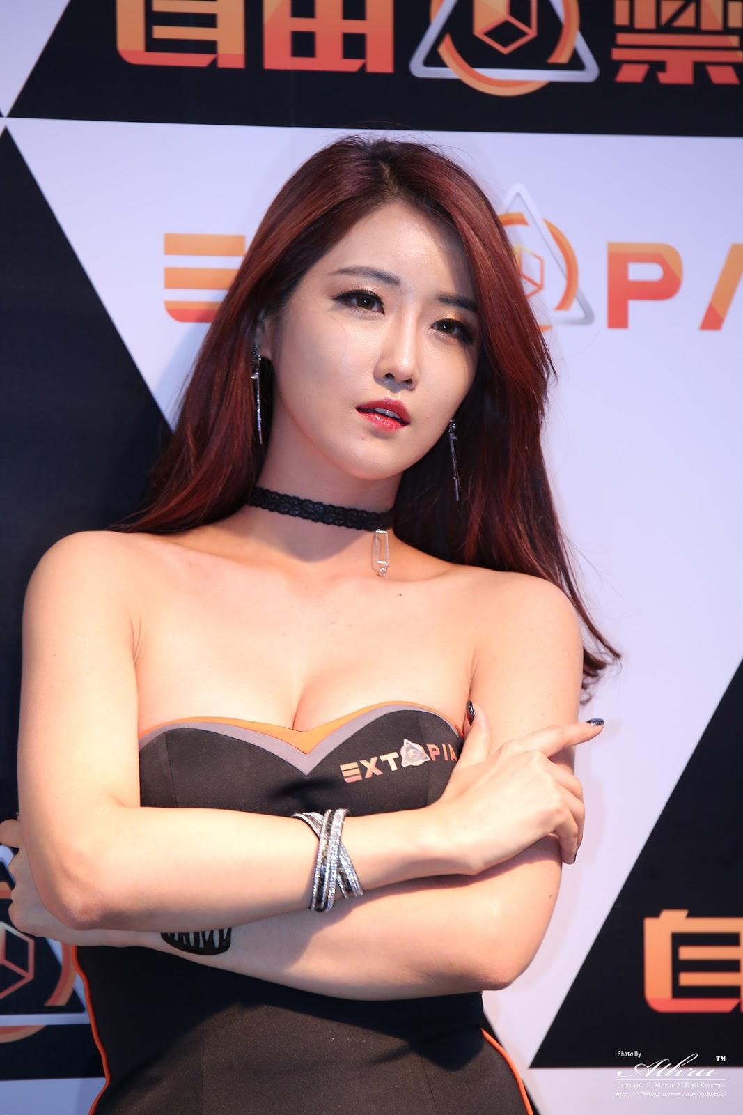 Celeb side boob