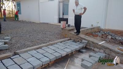 Bizzarri, da Bizzarri Pedras, conferindo a execução da escada de pedra com pedra folheta de granito, fazendo os pisos de pedra nos patamares da escada de pedra em sede da fazenda em Atibaia-SP.
