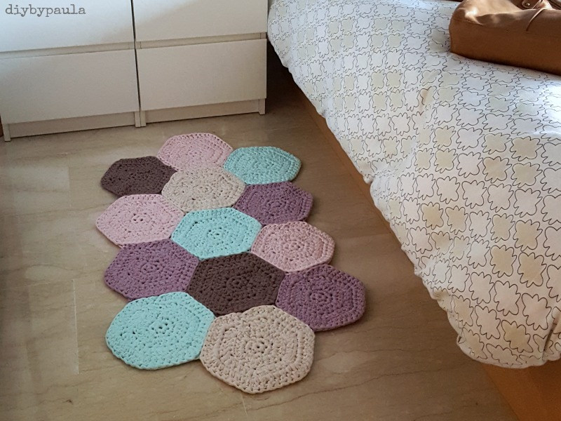 Diy by paula alfombra de hex gonos de trapillo for Como hacer alfombras en bordado chino
