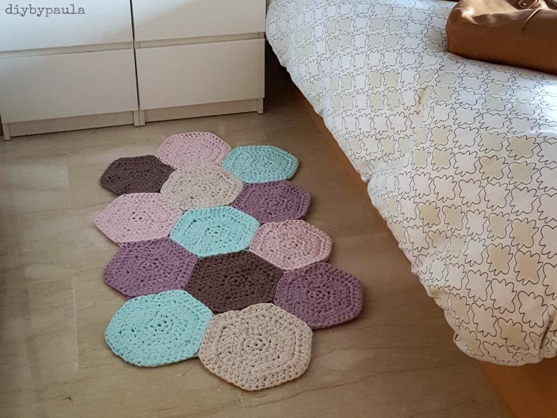Diy by paula alfombra de hex gonos de trapillo for Como hacer caminos de mesa modernos