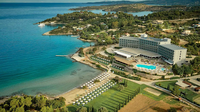 AKS Hinitsa Bay Hotel, a modern beachfront hotel, overlooking the island of Spetses, reachable via water taxi, is 6 km from history exhibits at the Spetses Museum and 111 mi (179 km) from Athens, the Capital of Greece.