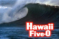 Fotograma de la serie antigua con el texto: Hawaii Five-0