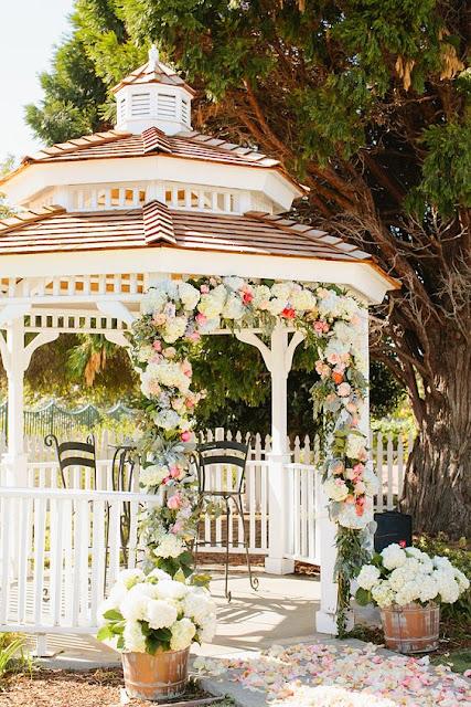 Decora la glorieta de tu boda con flores - Foto: www.stylemepretty.com