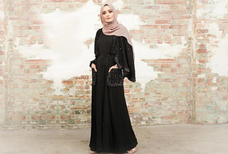 fda8bd671 تفضل الصبيّة العربية بالمجتمع الخليجي العباية السوداء بشكل كبير، ولا يمكن  ألّا تجد هذا اللون بخزانة ملابسها، بتصميمات مختلفة، وموديلات كثيرة، لكي  تشعر أنها ...