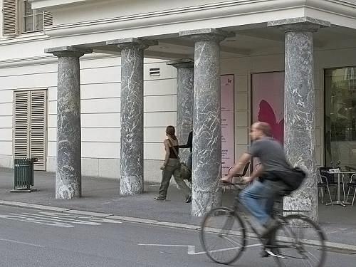 Bir binanın giriş sundurmasını tutan sütunlardaki gariplik