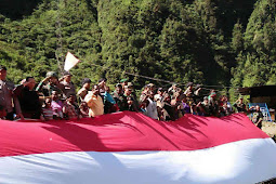 TNI dan Warga Tembagapura Kibarkan Bendera Merah Putih Raksasa