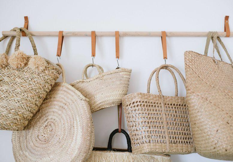 Tendencia bolsos trenzados cestas y capazos de lunares - Cestos de palma ...