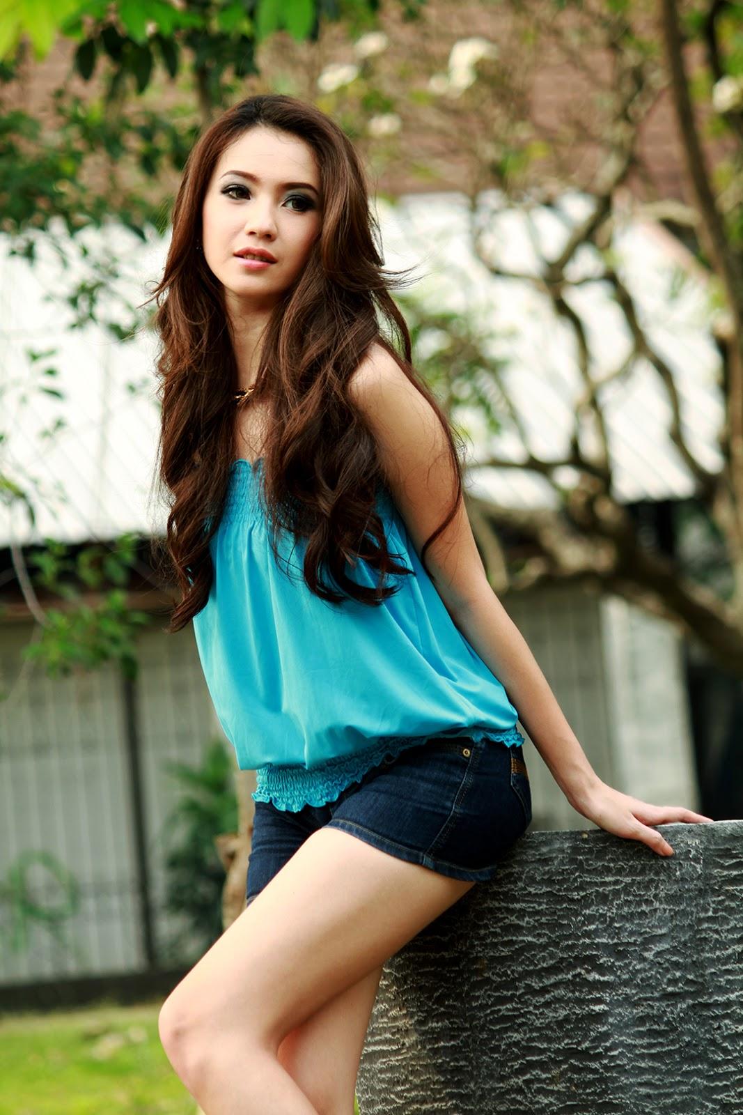 konsep foto Model Winny Valencia baju kulit mulus putih