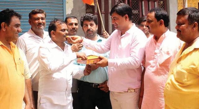 Bharatiya Janata Party's Kirtik in Jeet, NIT celebrates the celebration of victory in Faridabad, Laddu