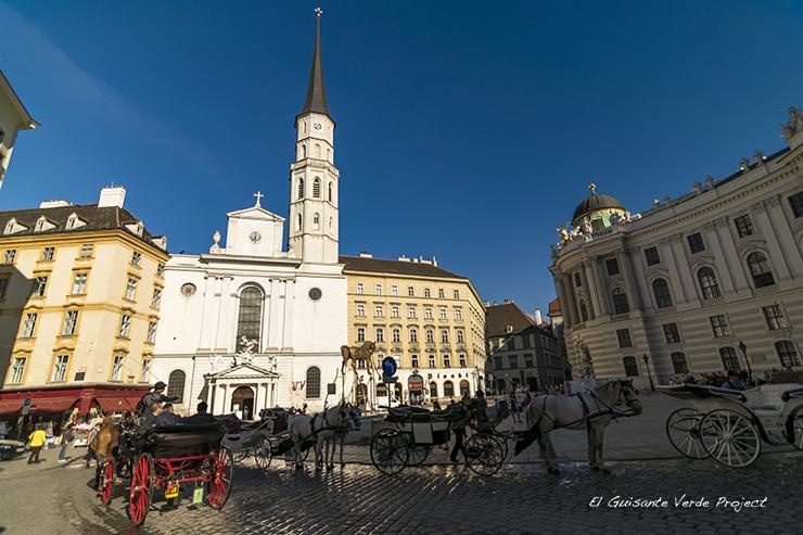 Carrozas frente al Hofburg - Viena por El Guisante Verde Project