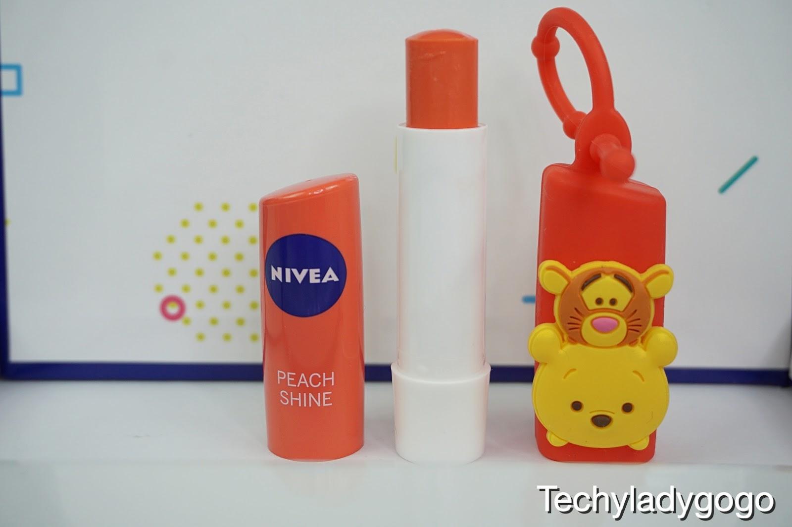 คิ้วท์สุดๆ กับลวดลาย Winnie The Pooh ที่จับคู่กับ NIVEA Peach Shine ให้ริมฝีปากเนียนนุ่มน่าสัมผัส พร้อมสีพีชระเรื่อดูเป็นประกาย ด้วยคุณค่าสารสกัดจากพีช