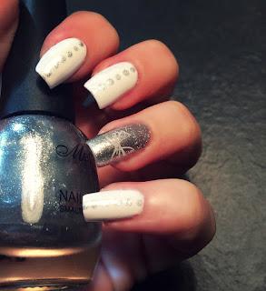 Nail art bianca con pois grigio metallizzato e una farfalla fatta con lo stamping sul dito anulare perfetto per segno del Cancro per tutto il 2016
