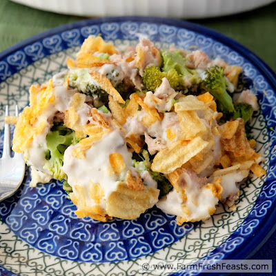 Full of broccoli and tuna, with a creamy sauce and the crunch of potato chips, this noodle-less tuna casserole is a family-friendly 5 ingredient dinner ready in under 30 minutes.