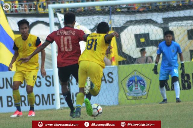 Babak Pertama Gelandang Serang PS Mojokerto Putra Ricky Kambuaya Berhasil Membobol Gawang Persegres Gresik United