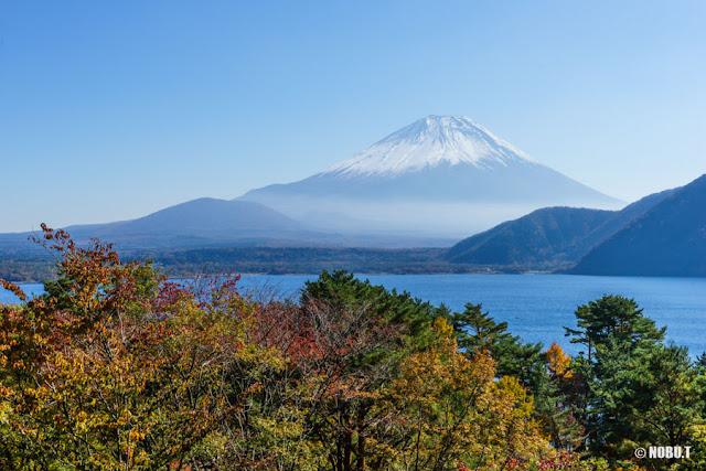 本栖湖西岸からの富士山