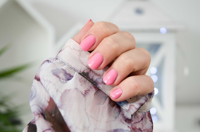 cukierkowy róż na paznokciach hybryda Semilac
