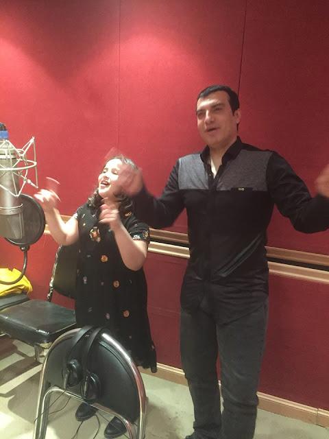 الطفلة أشرقت تسجل أول أغنياتها مع إيهاب توفيق