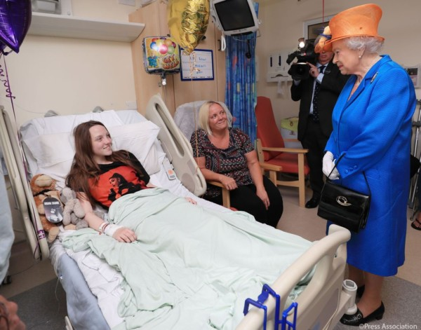 Photos: Queen Elizabeth Meets with Victims of Manchester Suicide Bomb Attack
