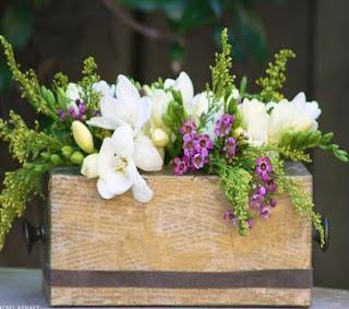 http://manualidadesdehogar.com/centro-de-mesa-floral-con-caja-de-panuelo/