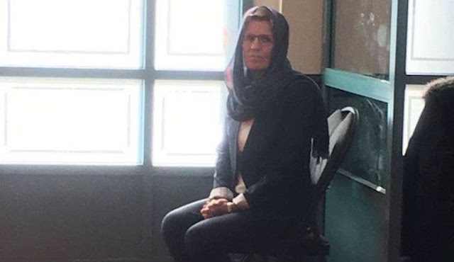 Kathleen Wynne veiled in mosque