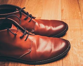 Cara Menambal Sepatu Pantofel yang Bolong
