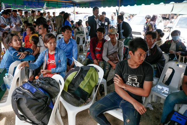 Migrant workers wait at the Poipet border checkpoint in 2014 before crossing into Thailand. Hong Menea