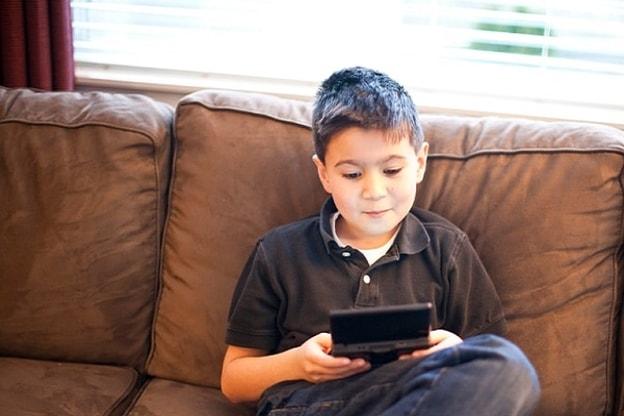 طفل يلعب ألعاب الكترونية