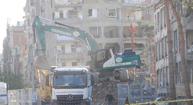 DİYARBAKIR-Merkez Bağlar ilçesinde PKK tarafından bomba yüklü araçla düzenlenen saldırıda kullanılamaz hale gelen Emniyet Müdürlüğü ek binasının yıkımına başlandı.