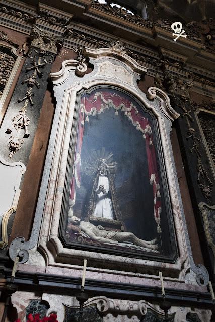 Dolorosa con Jesucristo exangüe a los pies, pieza principal del altar de San Bernardino alle Ossa.
