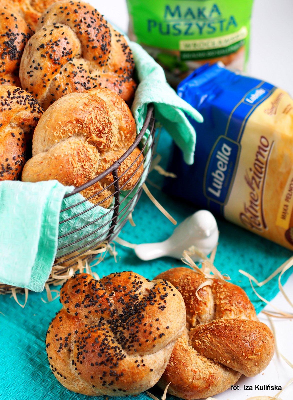bulki razowe na smietanie z peccorino, buleczki sniadaniowe, pieczywo domowe, buleczki zaplatane, bulki domowe, jak upiec buleczki, smaczna pyza