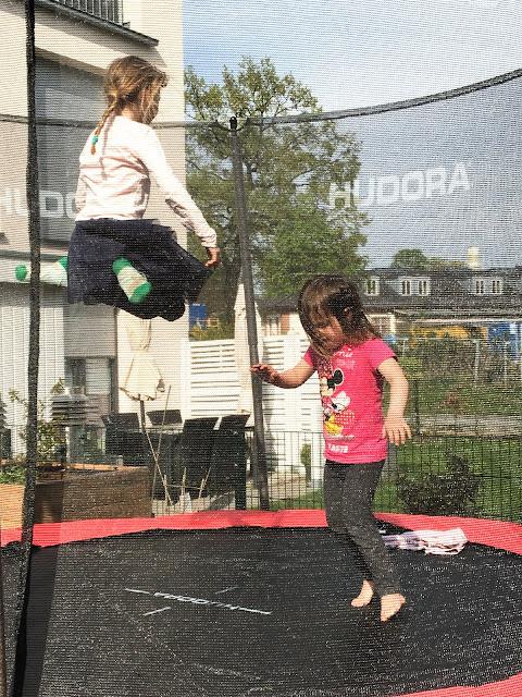 Hüpfspaß auf dem Trampolin von Hudora