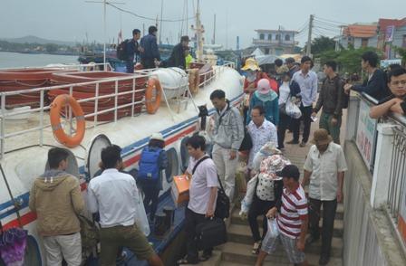 Du khách lên tàu cao tốc ra vào đảo Lý Sơn. Ảnh: Ngọc Phó