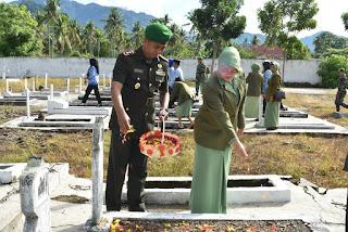 Sambut Hari Juang Kartika, Dandim 1402/Polmas Pimpin Tabur Bunga Di TMP Rea Timur