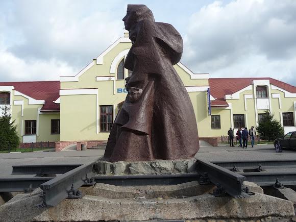 Самбор. Железнодорожный вокзал. Памятник депортированным украинцам