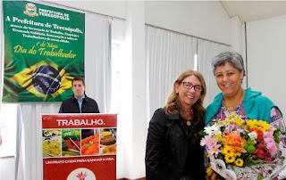 Representando a primeira-dama, Beth Tricano, Valéria Tricano recebe flores da Secretária Municipal de Desenvolvimento Social, Tania Iorio