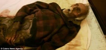 wanita yang tidur dengan mayat suaminya yang membusuk selama setahun